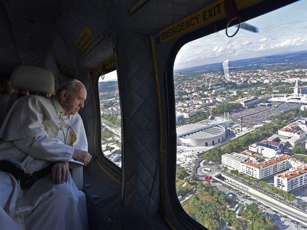 Francisco, ayer, en el sobrevuelo al santuario de Fátima