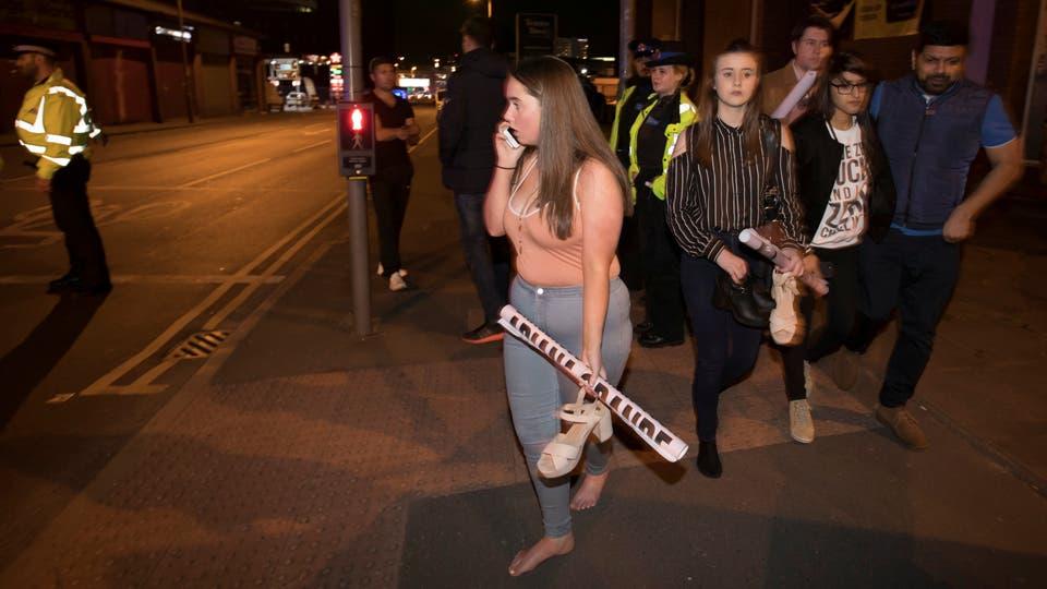 Cientos de personas huyeron desesperadas tras las explosiones en el Manchester Arena.