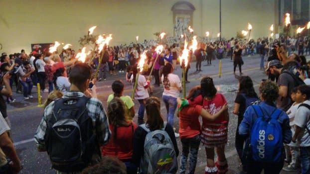 """Destrozos e incendios en las calles céntricas se produjeron esta tarde en la ciudad de Córdoba durante una marcha convocada """"contra el gatillo fácil""""."""