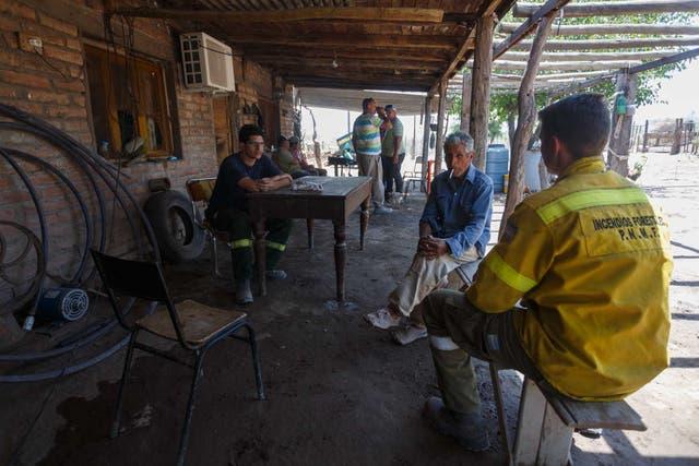 Timoteo Lucero habla con los combatientes