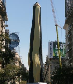 El Obelisco, vestido de lápiz en homenaje a los jóvenes secuestrados en 1976