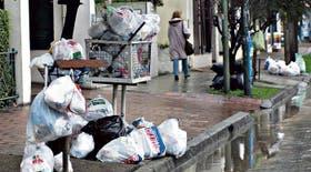 La iniciativa busca que los vecinos no desechen las bolsas que no son biodegradables