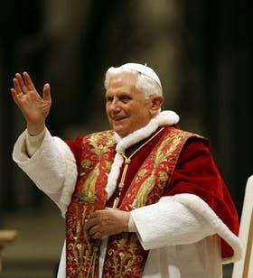 Benedicto XVI saluda hoy en el Vaticano, luego de celebrar una misa, después de dar a conocer el nuevo documento de la Iglesia