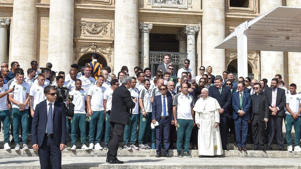 El Papa Francisco recibió a los jugadores del Chapecoense, en el emotivo encuentro le regalaron una pelota de fútbol
