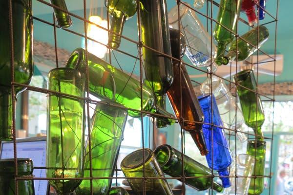 El interior del local está decorado con botella en desuso. Foto: gentileza Alguito