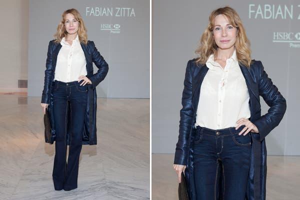 Gloria Carra con tapado de cuero azul, camisa blanca y jean oxford. ¿Te gusta su look?. Foto: Gentileza MassGrupoPR