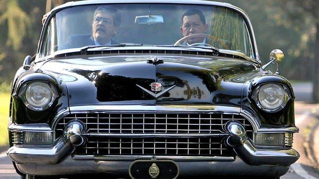 El ex presidente venezolano junto a De vido paseando en el Cadillac de Perón dentro de la Quinta de Olivos