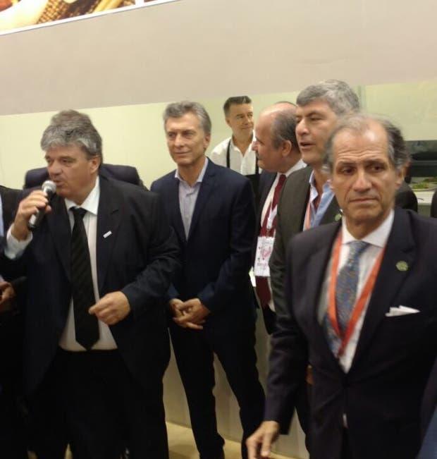 Macri, en el centro, en la visita al stand del Ipcva
