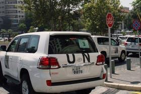 El convoy con los vehículos de la ONU, al salir de Damasco