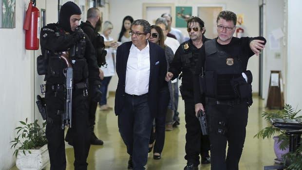 João Santana, ayer, bajo custodia tras su llegada al aeropuerto de San Pablo
