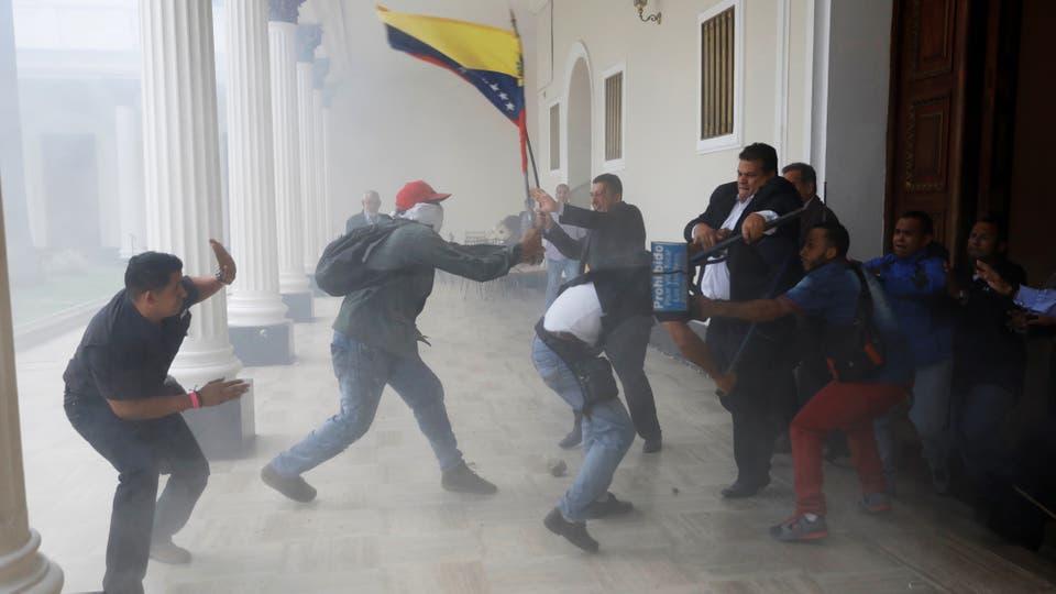 Un grupo de presuntos simpatizantes del Gobierno venezolano entró a la fuerzaa la sede del Congreso.. Foto: Reuters / Andres Martinez Casares