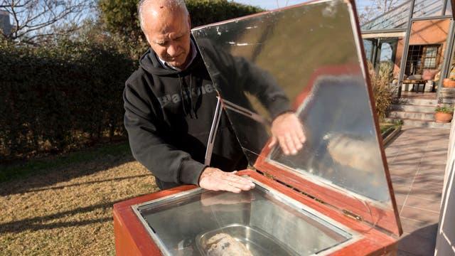 Alfredo Esteves cocina un carré de cerdo en un horno solar