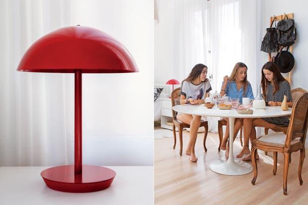 Sobre la mesa Saarinen con sillas de esterilla tapizadas en lino (Breuer Moreno), juego de té antiguo y tazas blancas (Z Market). Cortinas de lino (Virginia Calvo).  /Javier Picerno