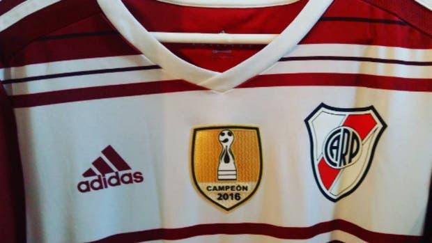River puso el parche de campeón de Copa Argentina en su camiseta