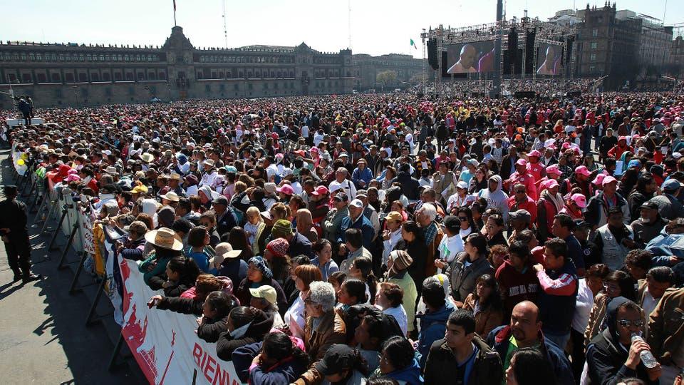 Miles de personas escuchan el mensaje del Papa en la Plaza del Zócalo, Ciudad de México. Foto: EFE
