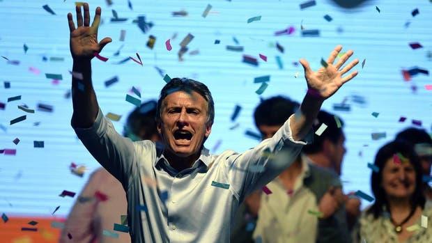 El candidato presidencial Mauricio Macri saluda a sus partidarios tras las elecciones del domingo.
