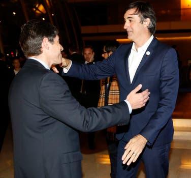 El ministro de educación Esteban Bullrich saluda a Abal Medina. Foto: LA NACION / Fabián Marelli