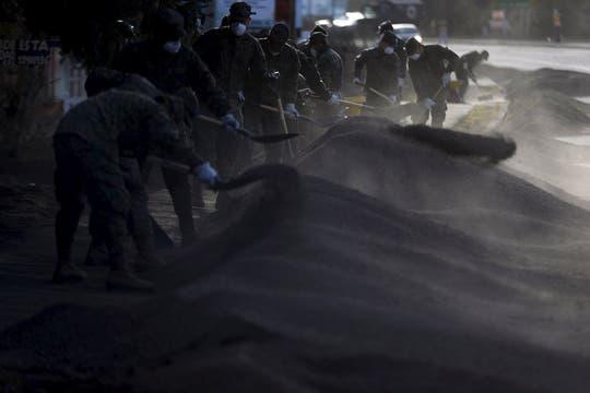 Soldados quitan la ceniza que cayó del Volcán Calbuco , en la ciudad de Ensenada en Puerto Varas. Foto: Reuters