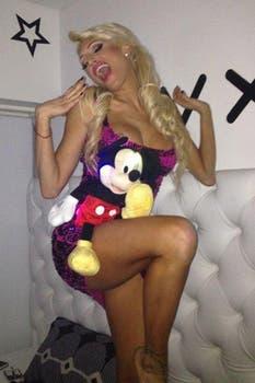 Una fan de Mickey, la foto de Vicky jugando a la nena inocente. Foto: Twitter