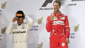 Lewis Hamilton y Sebastian Vettel en el podio de la última carrera en Bahrein