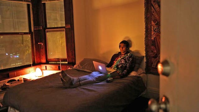 Vish Arya, de 26 años Analista de operaciones , en su habitación de la casa de Negev