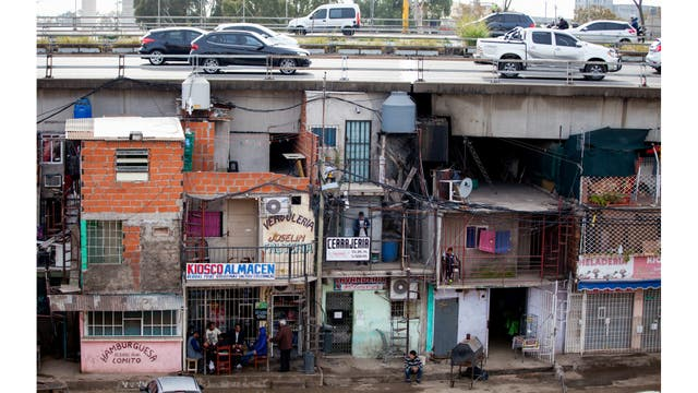 Autos pasan por la autopista sobre la Villa 31