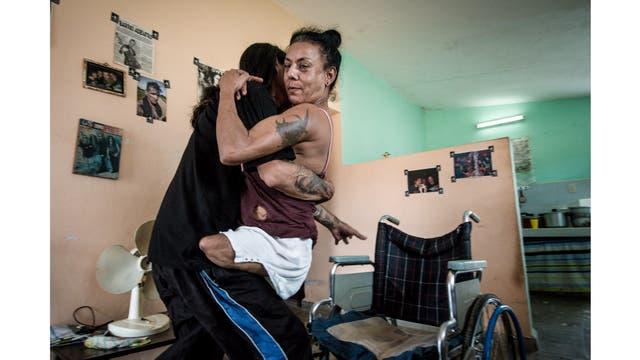 Gerson ayuda a Yohandra que perdió sus piernas debido a su enfermedad