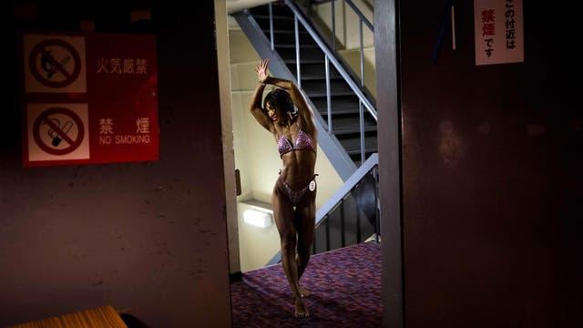 Miyuki Sato posa mientras calienta entre bastidores durante los campeonatos de culturismo de Japón, en Tokio