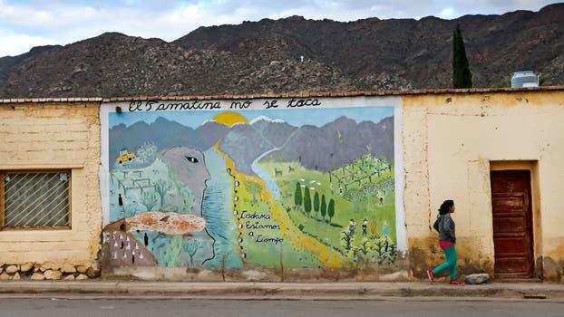 """Una persona pasa frente a uno de los murales con la leyenda """"El Famatina no se toca"""" ubicado en la calle principal, en Famatina, el 5 de Noviembre de 2015. Foto: LA NACION / Diego Lima / Enviado Especial"""