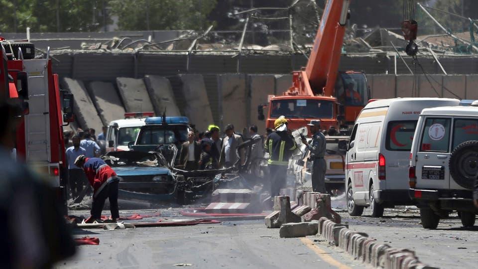 Bomberos y rescatistas trabajan en la zona afectada. Foto: AP