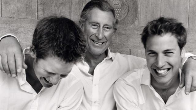 Junto a sus hijo en una foto informal en septiembre de 2004
