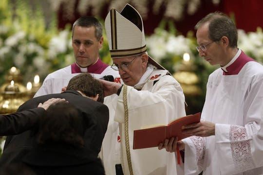 El Papa encabezó la vigilia pascual en el Vaticano; una de las ceremonias más simbólicas de la Semana Santa. Foto: AP