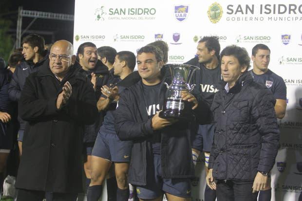 Los Pumas reciben el trofeo tras su triunfo ante Grenoble