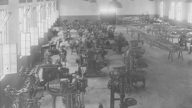 La Fabrica Argentina de Aviones en Córdoba. Conjunto de máquinas para la preparación de fajas de aluminio en 1929. Foto: Archivo