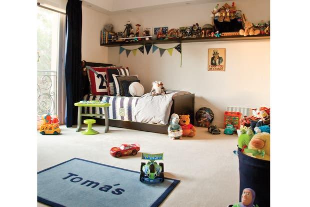 En el cuarto de Tomás, de 5 años, su mamá optó por una paleta masculina que combina tonos de marrón y azul con toques de rojo..
