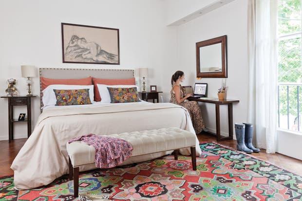 La suite principal con vestidor se hizo separada de las habitaciones de los chicos: quedó una especie de miniloft, al estar conectado con el living-comedor. El escritorio es una mesa de apenas 30cm de profundidad: lo justo para trabajar con la laptop..