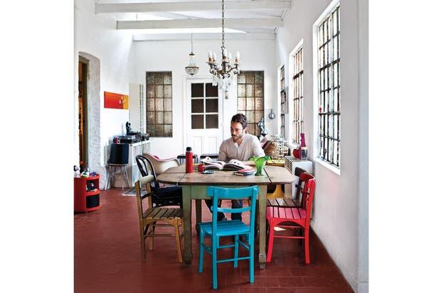 """Las sillas de comedor son heredadas, y con restos de pintura de diferentes trabajos cada una se llevó un color. """"Me gusta que sean diferentes. Además, a través del color, les saqué la formalidad"""".."""