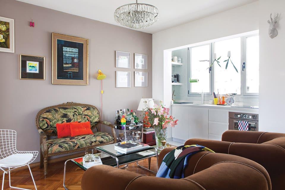 Sillón francés estilo canapé con pátina dorada tapizado en lino español; conjunto de mesas de living intervenidas por Hernán con espejos biselados y araña con caireles de cristal de los años 70.  Foto:Living /Javier Picerno