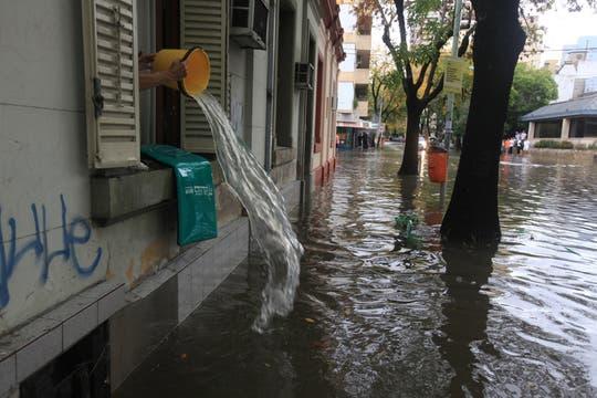 Más de 155 milímetros de agua acumulados en menos de 7 horas afectaron varias zonas de la Capital Federal y el conurbano. Foto: LA NACION / Ricardo Pristupluk