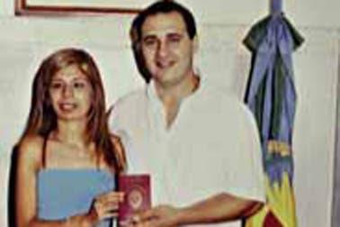 Con Diana, en el Registro Civil en 2001. Foto: Gentileza revista Gente