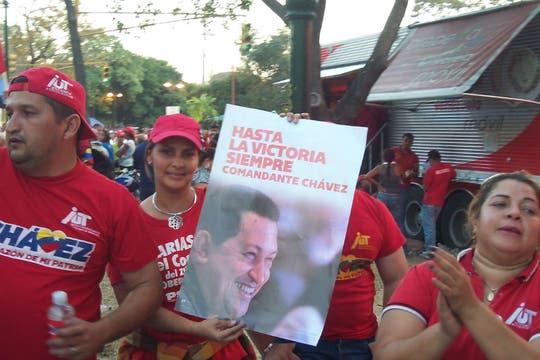 Un grupo de chavistas que bailban para recordar a su líder. Foto: LA NACION / Juan Pablo De Santis