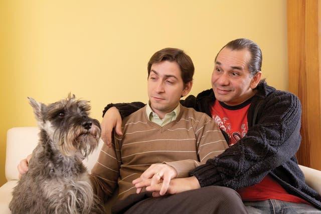 Por la familia. Esta pareja fue la primera en solicitar adopción en Capital. Aquí, con uno de sus perros schnauzer