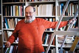 De colección. Eco, en el lugar donde se siente más feliz, en su estudio, rodeado de libros. Allí tiene unos 30.000, algunos incunables