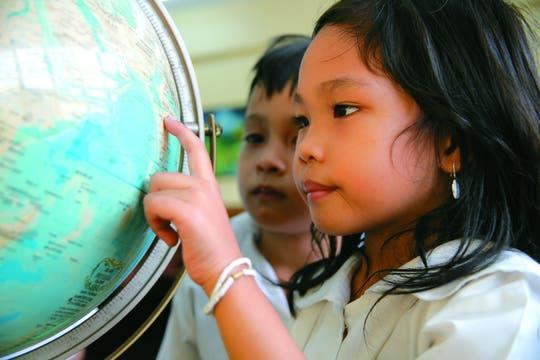 Su lugar en el mundo. Vistazo al globo terráqueo en Manila, Filipinas.