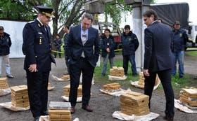 El ministro Casal (centro) y el comisario general Peña revisan la marihuana secuestrada
