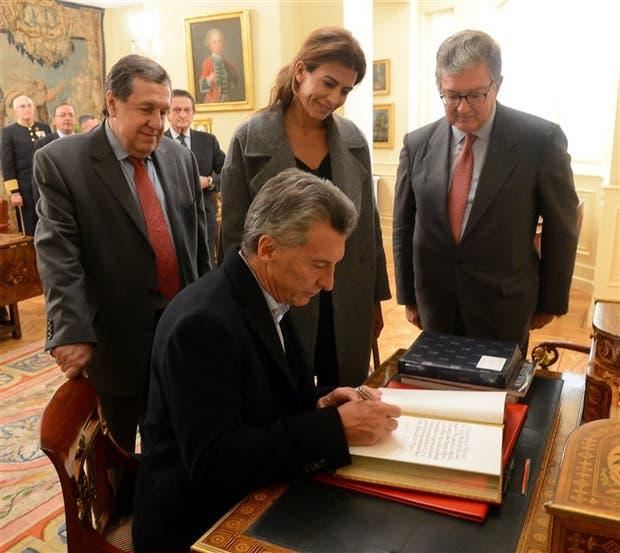 Macri, ayer, en Madrid, con Awada y el embajador Puerta