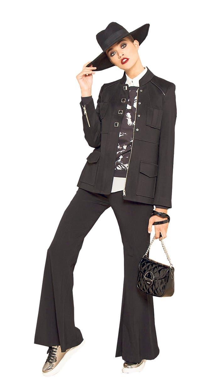La maxichaqueta en negro es fácil de llevar y combinar