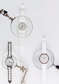 Arriba: Modelo White con dorado (Swatch) Derecha: Con correa de caucho blanco (Swatch) Izquierda: Con correa de acero combinada (Swatch). Foto: Silvio Zuccheri