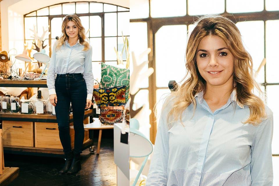 Natalie Pérez también optó por un look clásico con camisa, jean y botitas negras para elegir algunos productos deco de Desli para su casa. Foto: OHLALÁ!