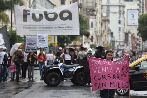 Decenas de estudiantes protestaron ayer al mediodía sobre la avenida Córdoba